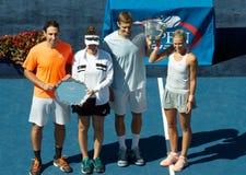 Finalisten (verlaten) Santiago Gonzalez en Abigail Spears van US Open de 2013 gemengde dubbelen en kampioenen Max Mirniy en Andrea Stock Foto