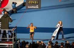 Finalizando a raça e a quebra de maratona do registro do evento imagem de stock