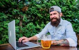 Finalmente viernes Inconformista relajarse para sentar la terraza al aire libre con la cerveza El freelancer barbudo del inconfor imagen de archivo