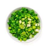 Finamente - cebolas verdes frescas desbastadas em uma bacia cerâmica genérica isolada no branco Vista superior fotos de stock