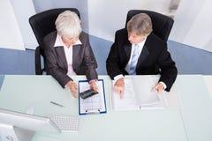 Finança calculadora de dois empresários Fotografia de Stock Royalty Free