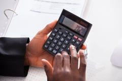 Finança calculadora do homem de negócios no escritório imagem de stock royalty free