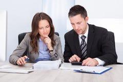 Finança calculadora dos empresários Fotografia de Stock Royalty Free