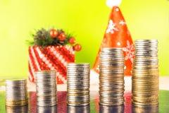 Finança do negócio e conceito do dinheiro Cinco moedas crescentes da contagem das pilhas Estar no fundo brilhante da tabela de ma Imagem de Stock