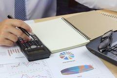 Finança do plano do mercado da venda do relatório de Summary do homem de negócios Fotografia de Stock