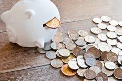 Finança e economia checas - mealheiro e dinheiro checo da coroa - c imagem de stock