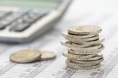 Finança e moedas empilhadas Fotografia de Stock Royalty Free