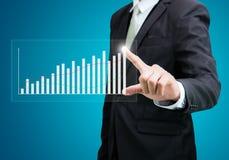 Finança ereta do gráfico do toque da mão da postura do homem de negócios Imagem de Stock Royalty Free