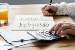 Finança explicando que examina o conceito da gestão do rendimento imagens de stock royalty free