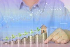 Finança, mão da mulher que guarda a casa modelo com a planta que cresce na pilha de moedas dinheiro e gráfico no fundo do wooder, ilustração stock