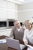 Finanças calculadoras da casa dos pares no portátil Foto de Stock Royalty Free