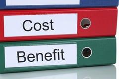 Finanças da análise do cálculo dos custos-benefícios no negócio c da empresa Fotos de Stock