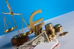 Financeiro e negócio com as moedas do material e de ouro do negócio Fotografia de Stock