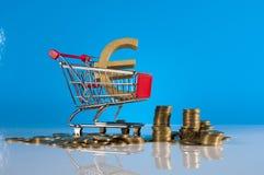 Financeiro e negócio com as moedas do material e de ouro do negócio Imagem de Stock Royalty Free