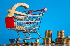 Financeiro e negócio com as moedas do material e de ouro do negócio Imagens de Stock Royalty Free