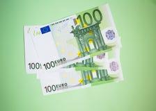 finances, économie, encaissant le concept - fin vers le haut de paquet de billets de banque d'euros d'argent sur le fond de coule photo libre de droits