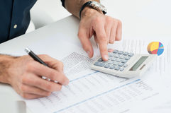 Finances calculatrices d'homme images stock
