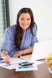 Finances calculatrices travaillantes d'écriture de bureau de femme d'affaires heureuse Images stock