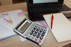 Finances d'affaires, impôt, comptabilité, statistiques et concept analytique de recherches photos stock