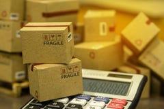 Finances d'affaires : Petites boîtes de papier de empaquetage sur l'esprit en bois de palette Photographie stock