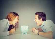 Finances dans le concept de divorce Le mari d'épouse ne peut pas faire le règlement photos stock
