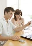 Finances de couples sur le bureau Photographie stock