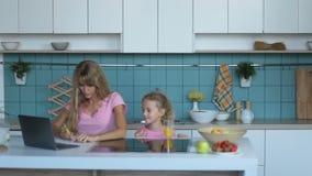 Finances de gestion de mère occupée utilisant l'ordinateur portable à la maison clips vidéos