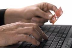 Finances en ligne avec par la carte de crédit Photographie stock libre de droits