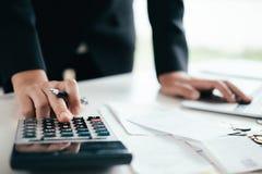 Finances enregistrant le concept d'économie et d'investissement photo stock
