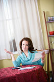 Finances : Femme contrariée et fatiguée des factures de paiement Photos stock