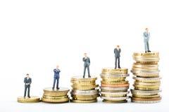Financez l'équipe, pile de la position modèle d'homme d'affaires d'argent photographie stock