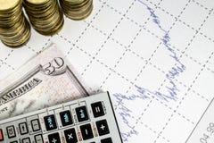 Financez l'anticipation commerciale avec le diagramme, la calculatrice et les pièces de monnaie Images libres de droits