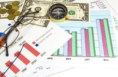 Financez l'argent de graphiques, de dollars US et des verres, boussole Photos stock