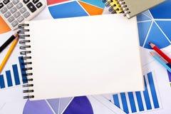 Financiële achtergrond met leeg notitieboekje Stock Afbeelding