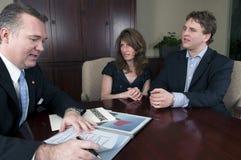 Financiële adviseur die met betrokken Cliënten werkt stock foto
