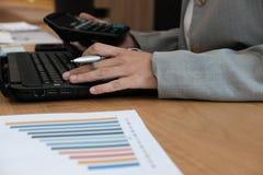 financiële adviseur die met calculator & computer werken accountant royalty-vrije stock fotografie