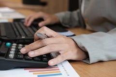 financiële adviseur die met calculator & computer werken accountant royalty-vrije stock foto