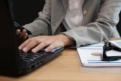 financiële adviseur die met calculator & computer werken accountant stock fotografie