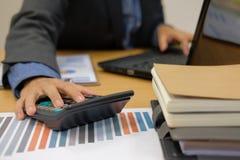 financiële adviseur die met calculator & computer werken accountant royalty-vrije stock afbeelding