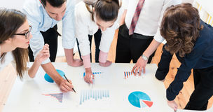 Financiële adviseurs in bank die gegevens analyseren Stock Afbeeldingen