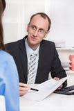 Financiële adviseursverkoop een verzekering. Stock Foto