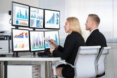 Financiële analisten die Computers in Bureau met behulp van royalty-vrije stock afbeeldingen