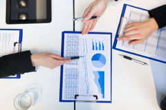 Financiële analyse: groep zakenlui op het werk Stock Foto's