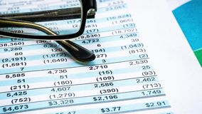 Financiële analyse - inkomensverklaring, businessplan met glas stock videobeelden