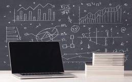 Financiële bedrijfsgrafieken en bureaulaptop Royalty-vrije Stock Afbeeldingen