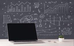 Financiële bedrijfsgrafieken en bureaulaptop Stock Afbeelding