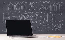 Financiële bedrijfsgrafieken en bureaulaptop Royalty-vrije Stock Afbeelding