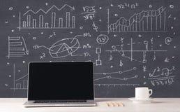 Financiële bedrijfsgrafieken en bureaulaptop Stock Afbeeldingen