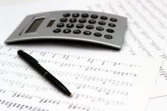 Financiële boekhouding, Beeld een meerderheid van aantallen op papier en calculator stock fotografie