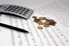 Financiële boekhouding, Beeld een meerderheid van aantallen op papier en calculator, muntstukken royalty-vrije stock afbeelding